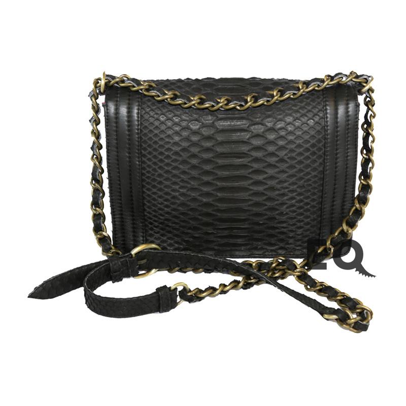 Черная сумочка Chanel Boy из питона