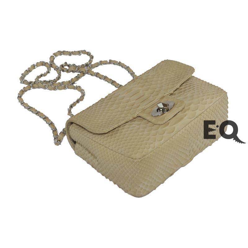 Бежевая сумочка Chanel из питона
